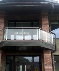 ограждение стеклянное на балконе с поручнем