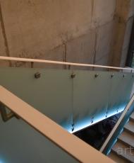2стеклянное ограждение из матового стекла с подсветкой