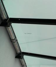 система слива под стеклянным козырьком