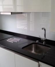 рабочая панель на кухню из стекла