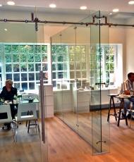 стеклянная перегородка в офисе