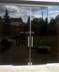 раздвижные двери из темного стекла