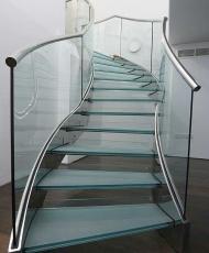 1 прозрачная стеклянная лестница