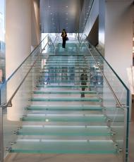 5 прозрачная стеклянная лестница
