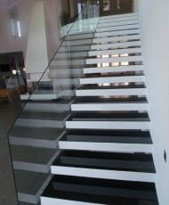 крашенное стекло на ступенях