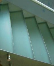 полностью стеклянная лестница