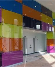 разноцветные стеклянные панели