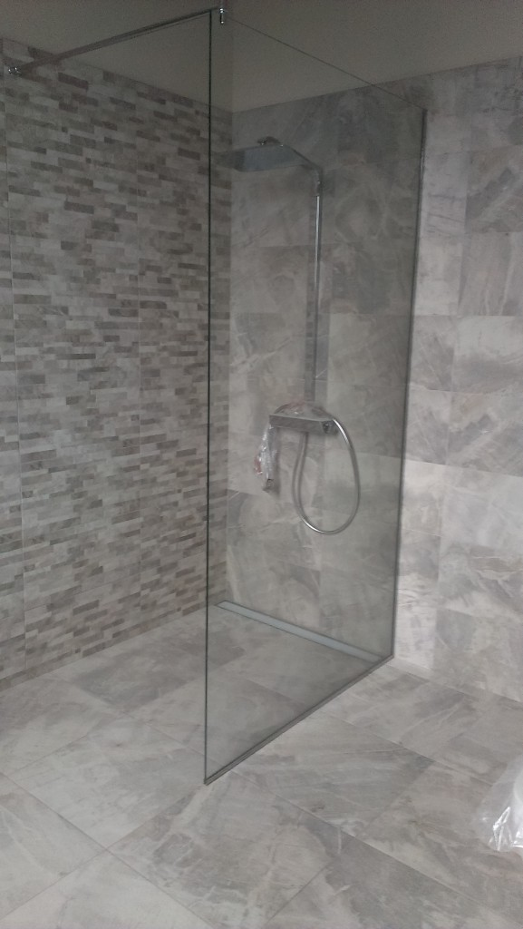 перегородка в ванной из закаленного стекла