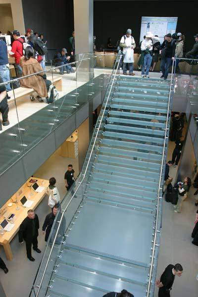 """лестница из стекла в магазине """"Эппл"""""""