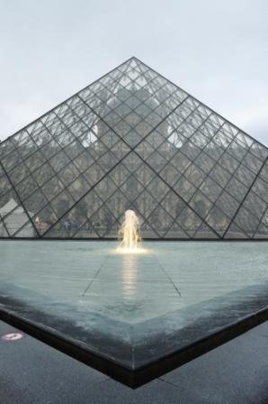 здание из стекла в париже