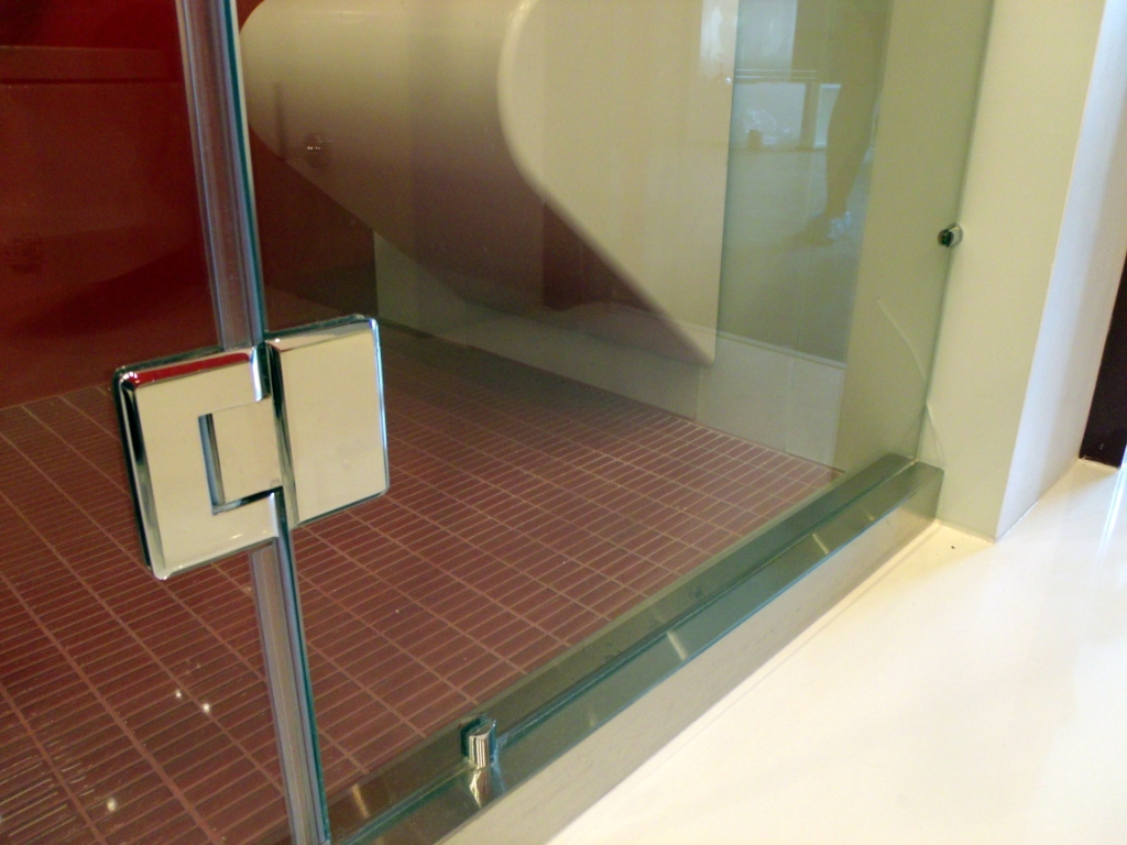 стеклянная душевая перегородка