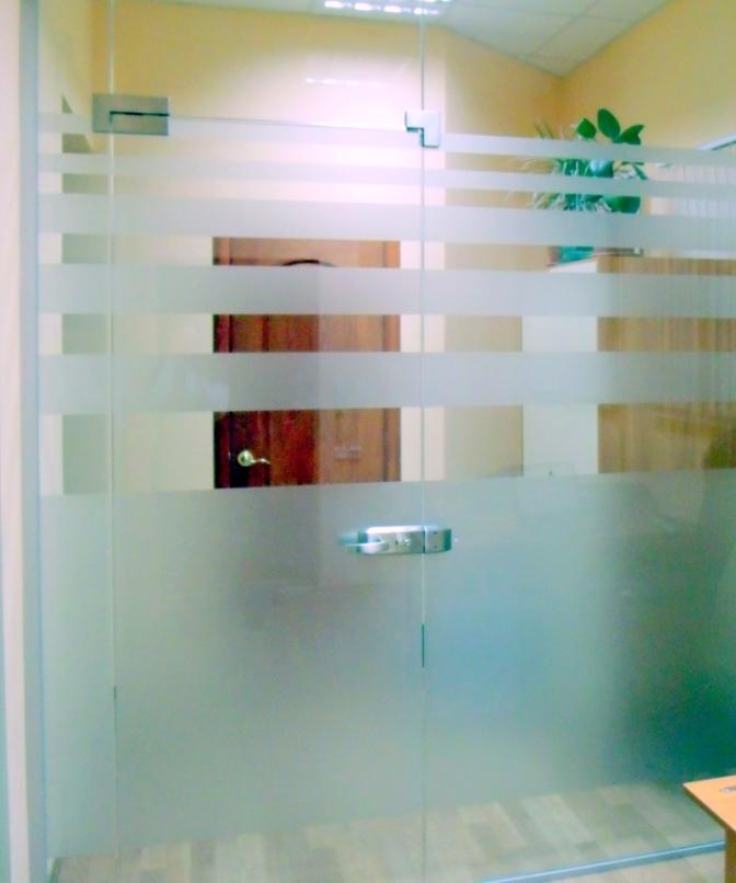 со стеклянной распашной дверью